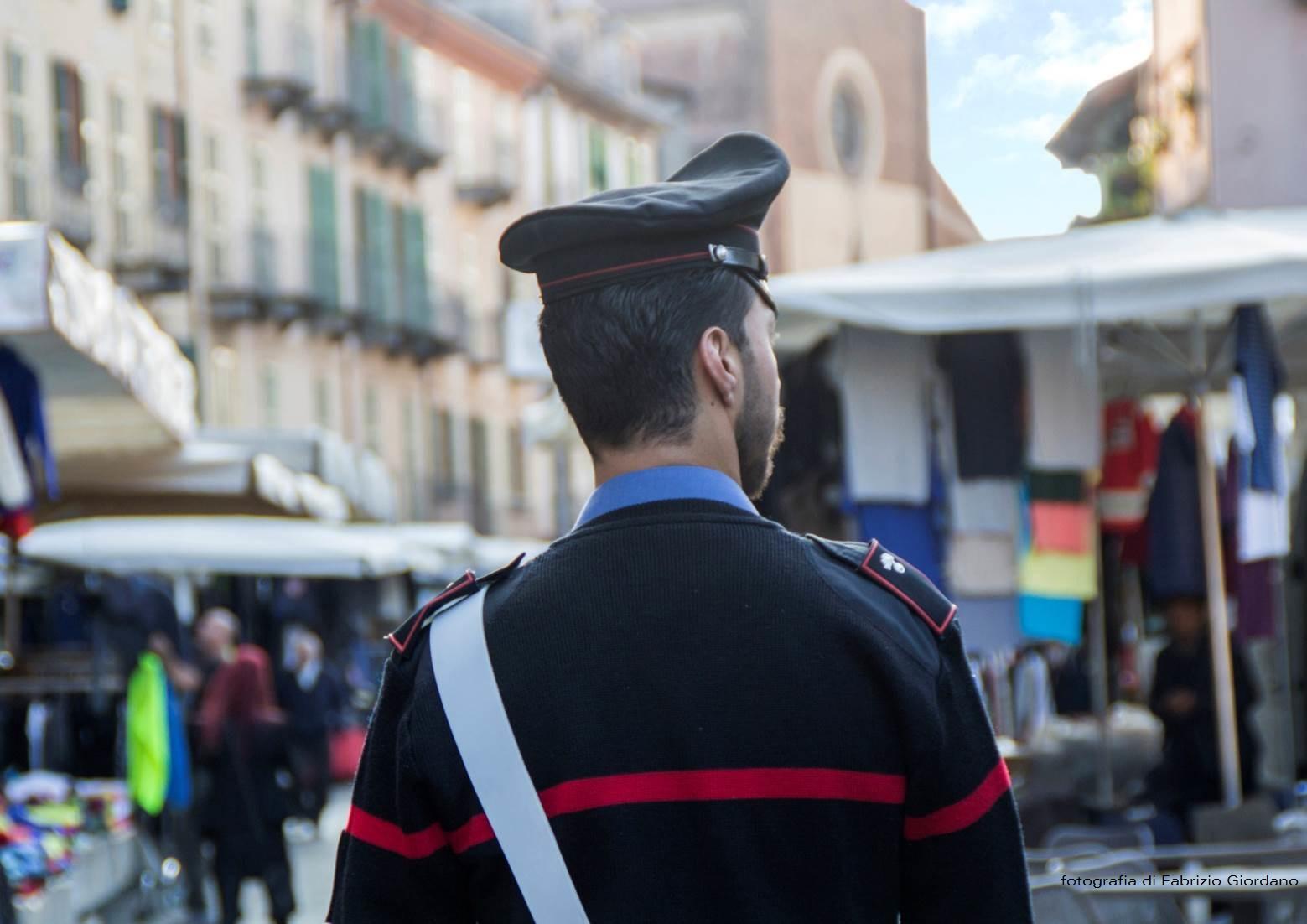 Saluzzo vendeva al mercato abbigliamento griffato rubato for Interno 09 abbigliamento